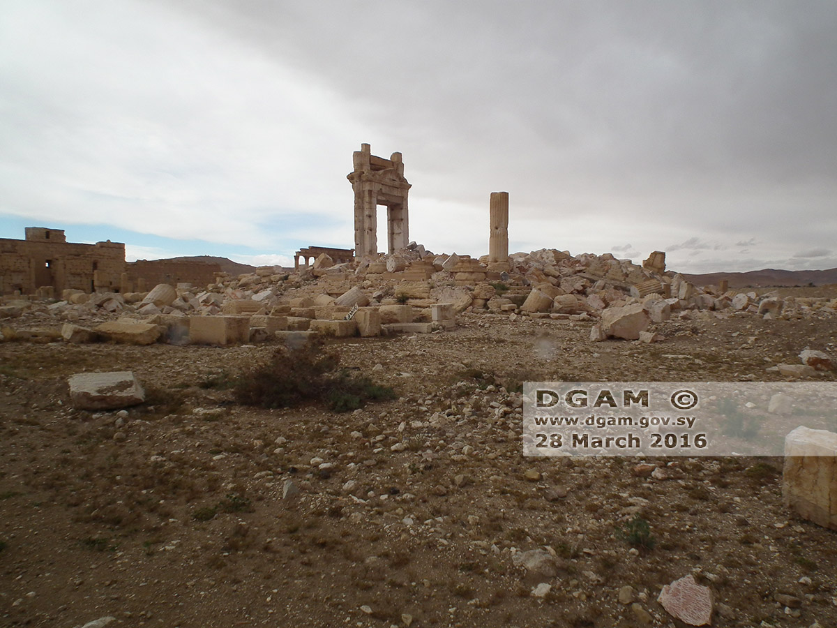 Figure 28: The gateway of the Temple of Bel cella, surrounded by rubble (DGAM; March 30, 2016)